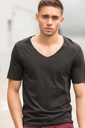 Men´s Wide V-Neck T-Shirt